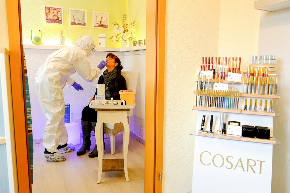 Claudia Ulbrich testet auch ihre Mitarbeiterin Angela Roch mit einem Antigen-Schnelltest. Wenn ab Montag im Kosmetik-Studio in Boxdorf wieder Fußpflege-Behandlungen möglich sind, sind diese wie in Friseursalons wöchentlich Pflicht. Doch die Kosmetikeri