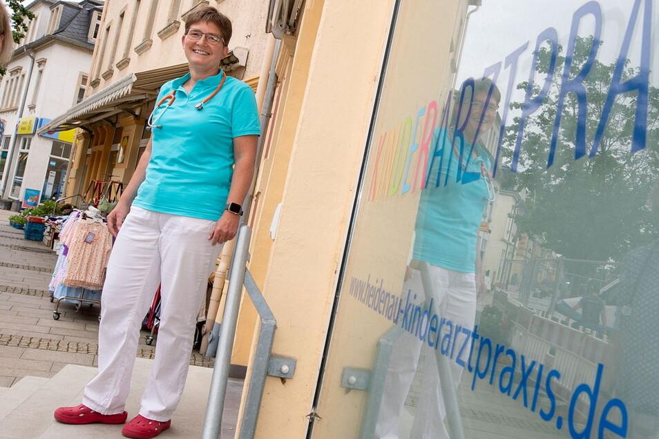 Petra Schütze ist seit vielen Jahren Kinderärztin in Heidenau und inzwischen mit zwei anderen in der Gemeinschaftspraxis auf der Thälmannstraße.