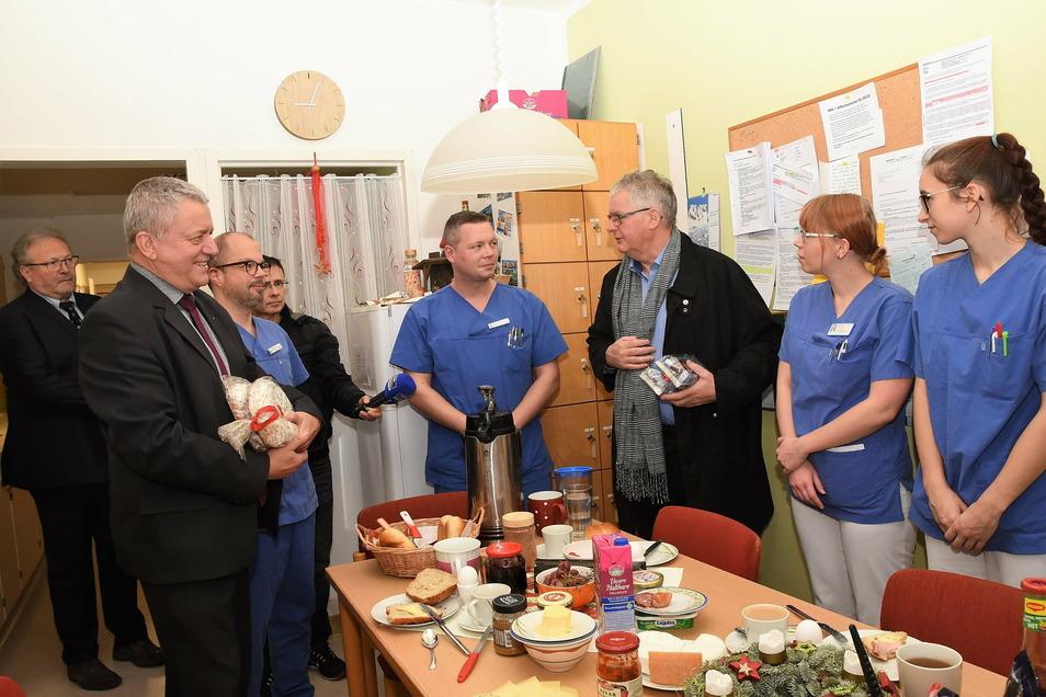Landrat Bernd Lange (3. v. r.) und der Landtagsabgeordnete Lothar Bienst (2. v. l.) an Heiligabend vor zwei Jahren, als sie mit der Stollentour das Emmaus-Krankenhaus in Niesky besuchten.