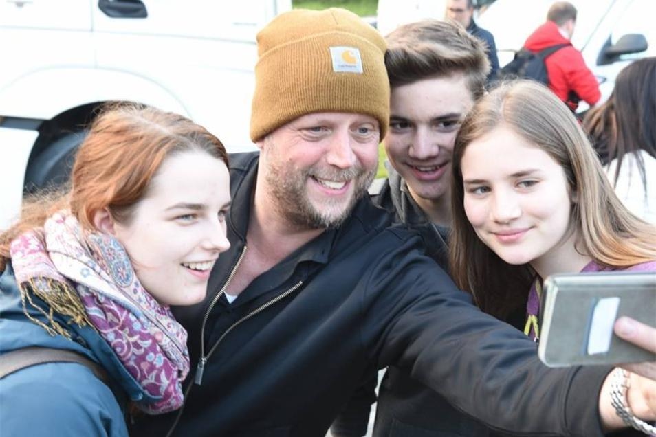 Smudo macht Selfies mit Fans auf  Platz des Friedens in Freital.