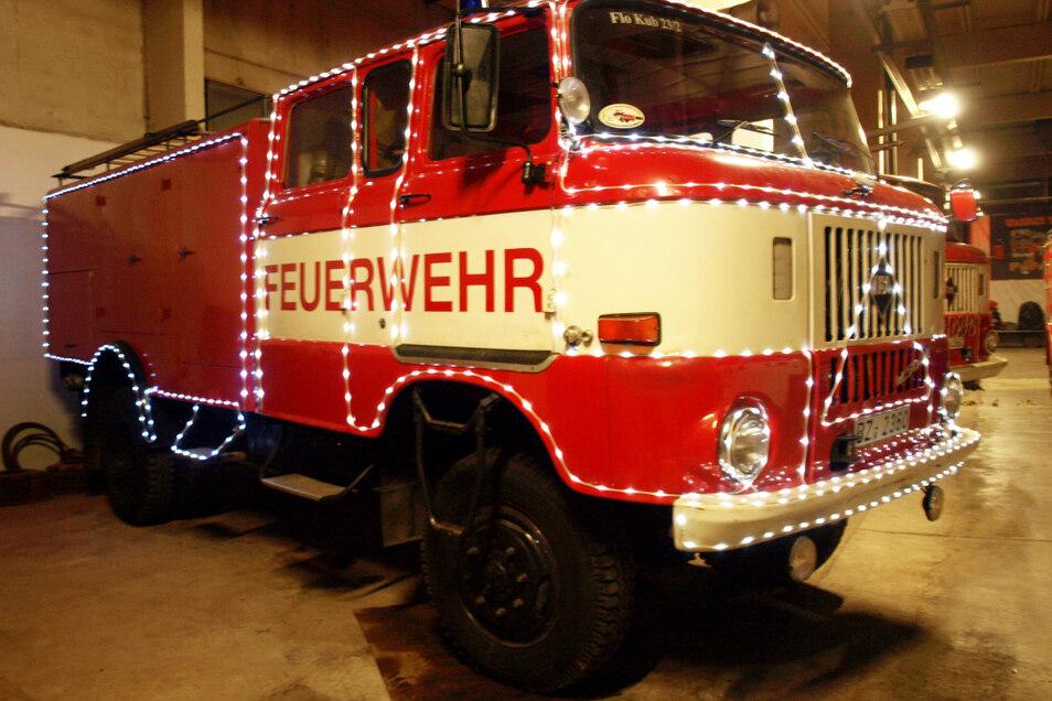 Die Beleuchtung an den drei Autos der Weißwasseraner Feuerwehrhistoriker ist schon angebracht. Nur die Aufkleber mit den Weihnachtsgrüßen, den Festtagssymbolen und dem Bärtigem an den Seiten der Fahrzeuge fehlen noch.