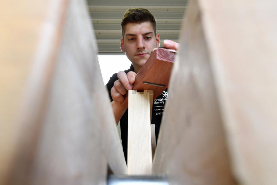 Hobeln für Gold: Der 20-jährige Tischlergeselle Johannes Bänsch tritt bei der Berufe-WM für Deutschland in der Kategorie Möbelschreinern an.