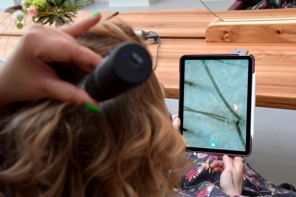 Kopfhautanalyse mit einem Mikroskop: Das gehört zu jeder Behandlung bei Juliette Beke dazu.