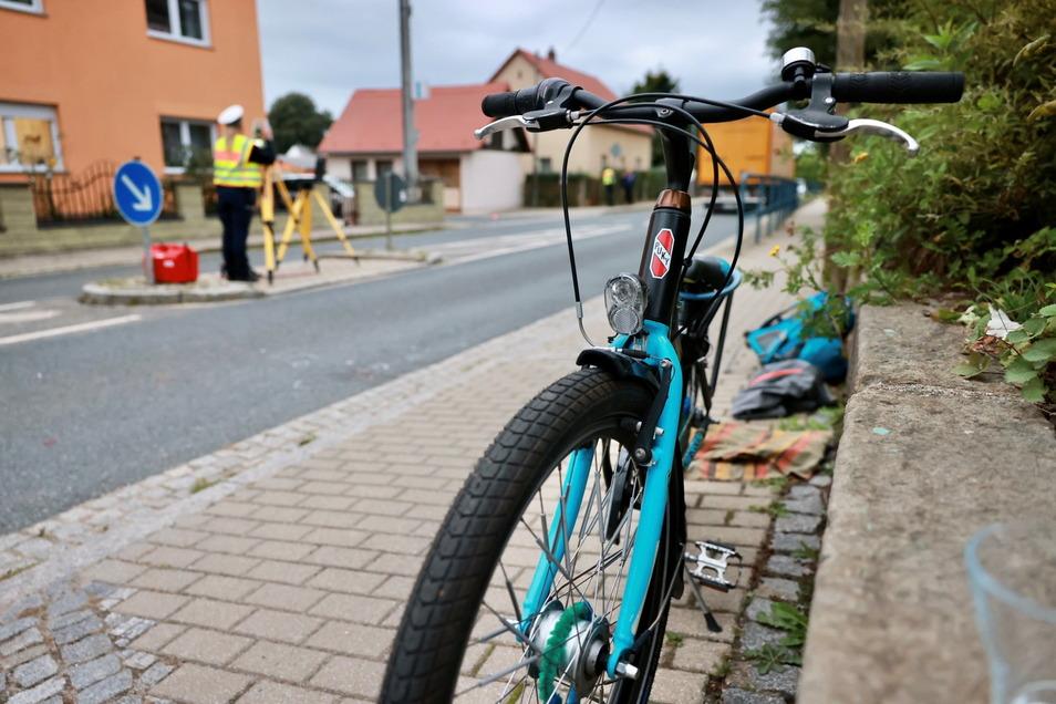 In Großerkmannsorf bei Radeberg wurde am Freitag ein siebenjähriger Junge bei einem Unfall tödlich verletzt.