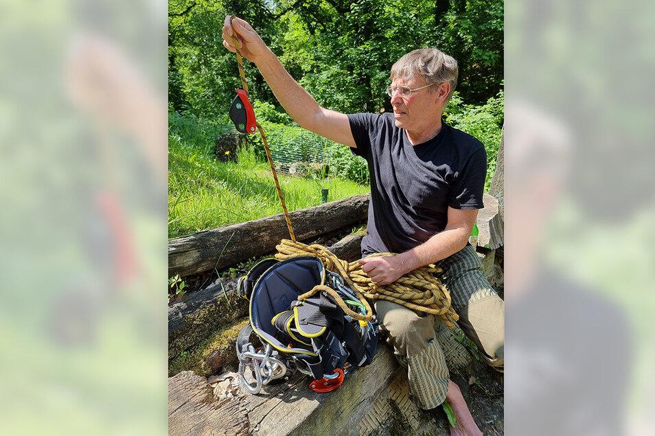 Dieter Krebs mit einem Teil seiner Ausrüstung für das Abseilen an den Rotorblättern.