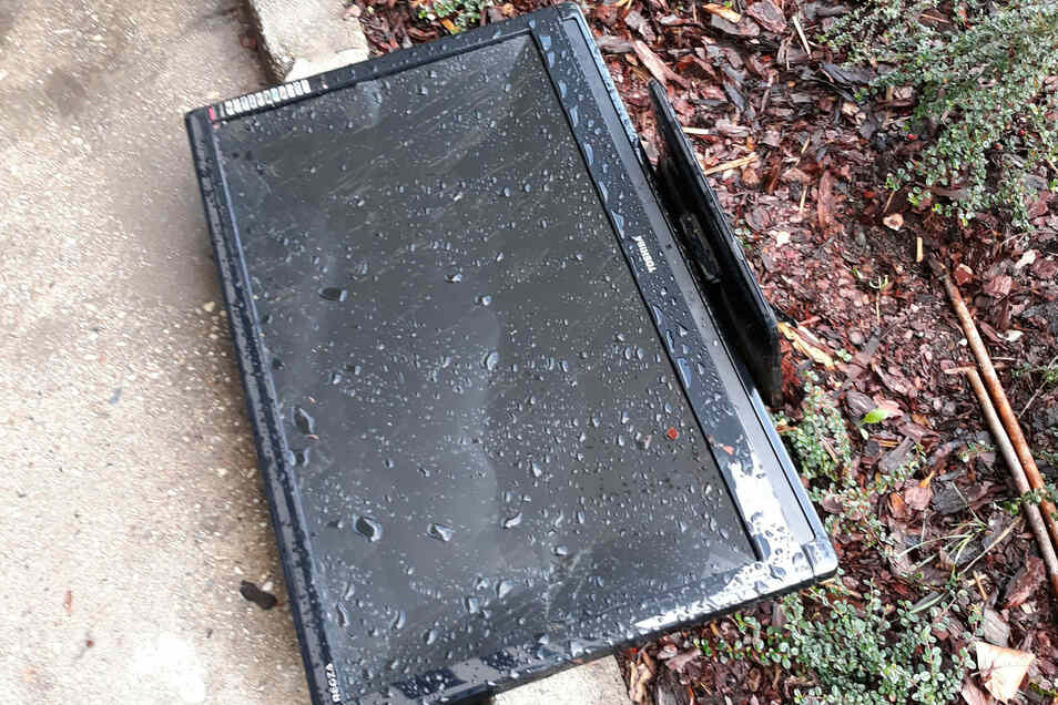 Ein Flachbildschirm liegt am 17. Oktober auf dem Boden.