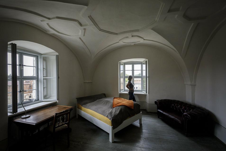 Simone Kuhn steht im ersten Gästezimmer von Schloss Ober-Neundorf, das schon fertig ist. Es befindet sich im zweiten Stock.