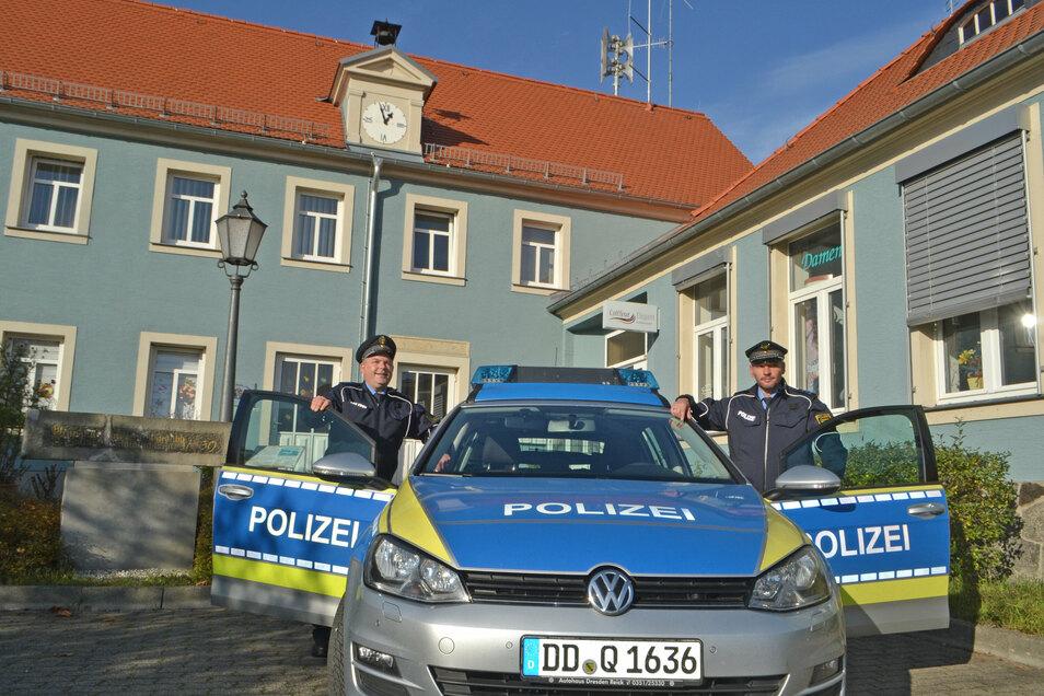 Die Bürgerpolizisten Mario Haser (l.) und Carsten Schurig vor ihrer Dienststelle an der Thiendorfer Brüdergemeinde.