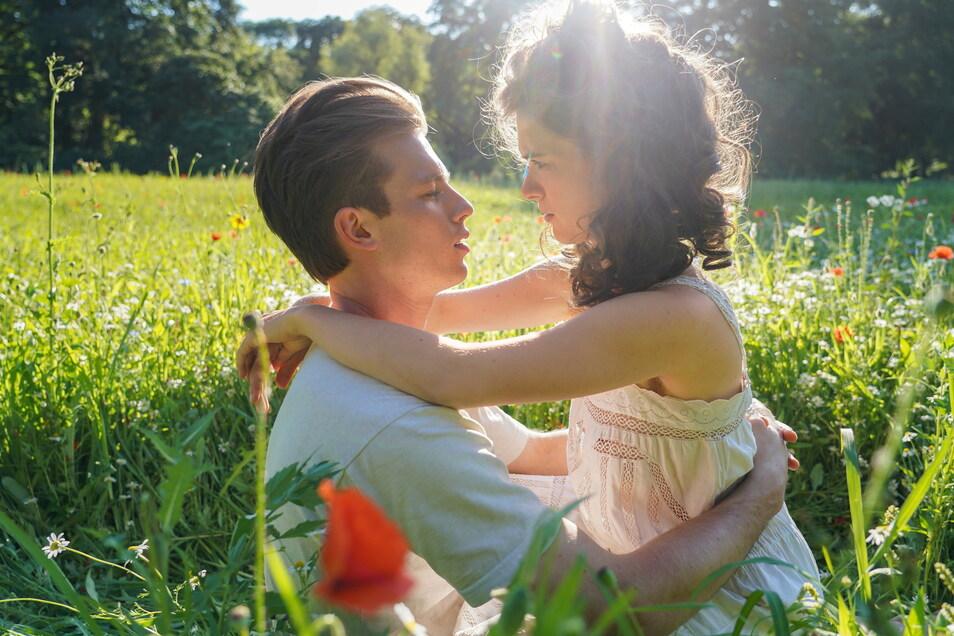 Erst sinkt er hin, dann folgt sie ihm: Felix Krull (Jannis Niewöhner) und seine geliebte Zaza (Liv Lisa Fries).