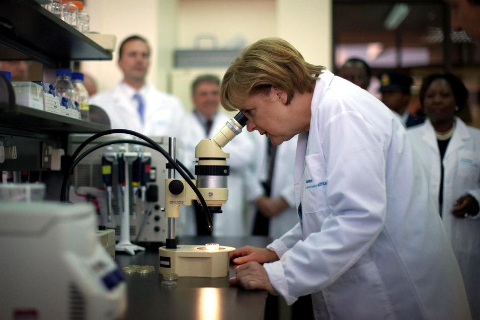 Angela Merkel behält auch in Krisensituationen den Durchblick. Die Bundeskanzlerin, hier 2011 beim Besuch in einem Forschungslabor in Nairobi, erhält aus den USA Lob für ihr Krisenmanagement gegen die Corona-Pandemie.