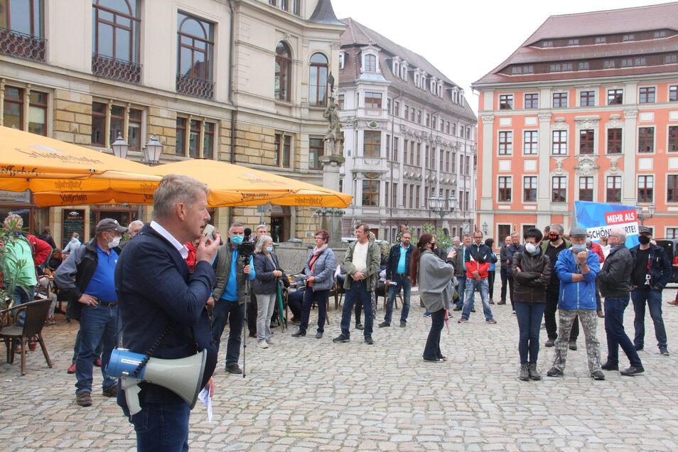 Etwa 50 Teilnehmer kamen am Sonnabend zu einer Kundgebung der AfD auf dem Hauptmarkt in Bautzen, als Redner im Vordergrund der Bundestagsabgeordnete Karsten Hilse.