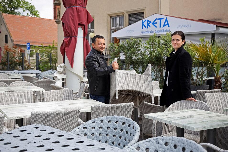 Im griechischen Restaurant Kreta in Riesa werden die Stühle aufgestellt.