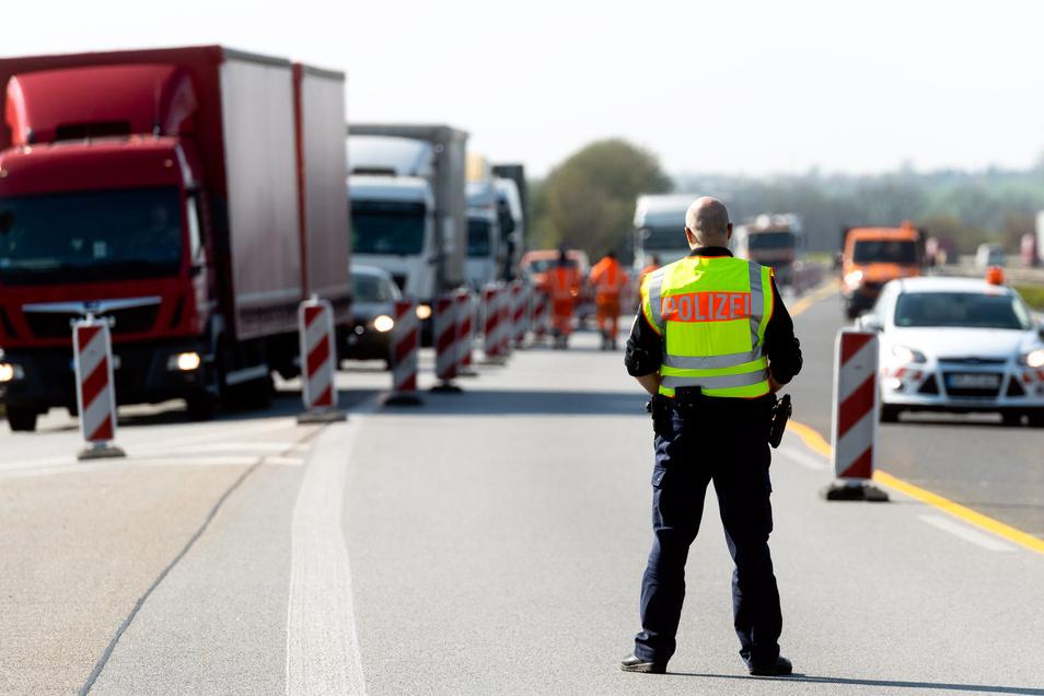 Die Bundespolizei ist an der Autobahn regelmäßig auf der Jagd nach Schleusern. Doch die lassen sich immer neue Maschen einfallen. Vor allem gefälschte Dokumente erschweren die Ermittlungen.