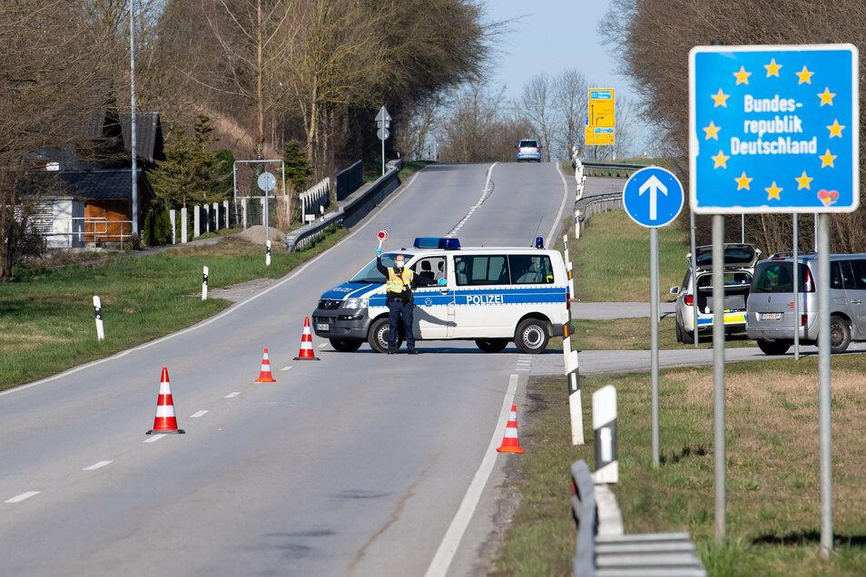 Polizisten an einer Kontrollstelle an der Grenze zu Österreich: Insbesondere die verpflichtende Quarantäne von Einreisenden hilft sehr, das Virus zu bekämpfen, so eine Berliner Studie. Die Corona-Situation im Landkreis Meißen ist noch ernst.