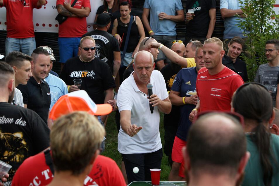 Mario Basler beim Bier Pong, bei dem Tischtennisbälle in Bierbechern versenkt werden müssen.