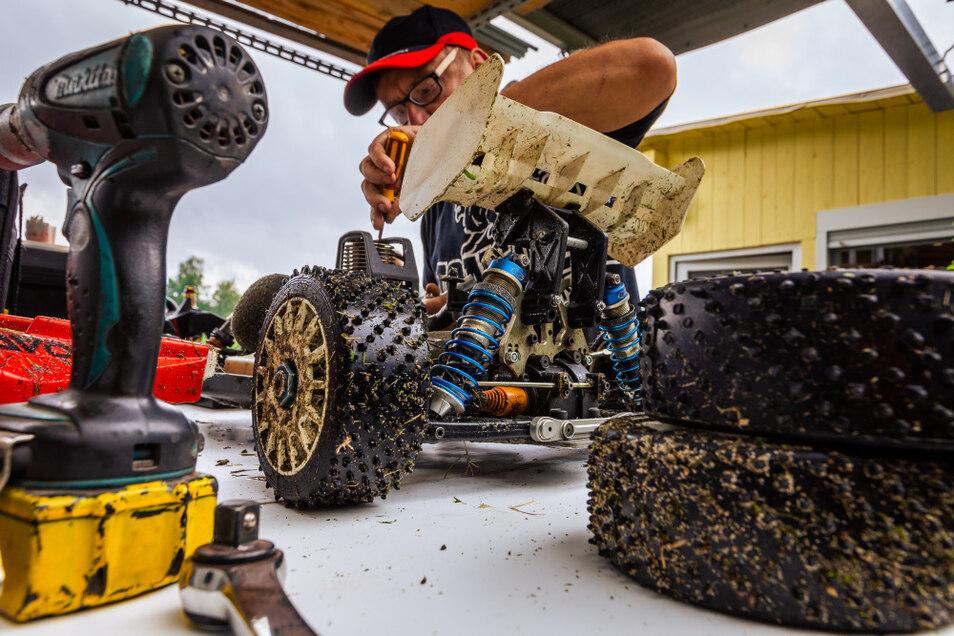 Zwischen den Rennen gibt es an den Großmodellen auch einiges zu schrauben, eben wie im richtigen Motorsport.