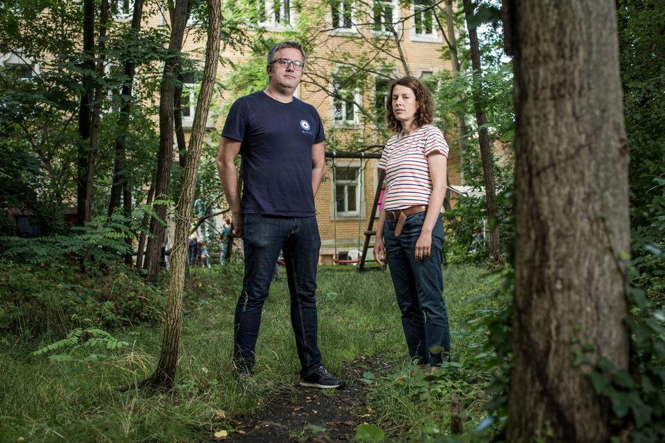 Karsten Schwarz und Katrin Holinski wollen ihre grüne Oase hinter dem Haus Lößnitzstraße 11 zumindest in Teilen behalten.
