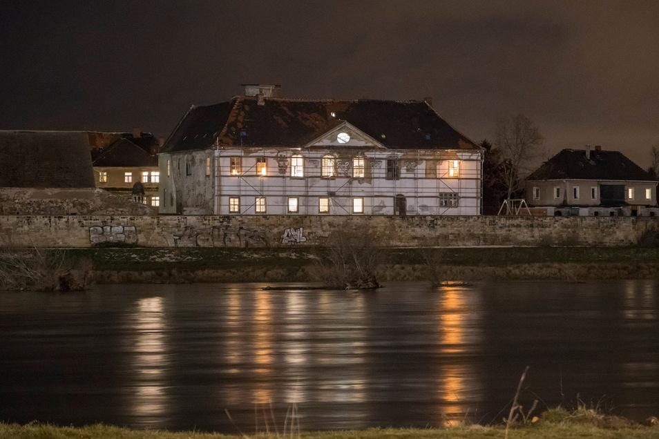 Seit einiger Zeithain ist das stark restaurierungsbedürftige Schloss Promnitz abends beleuchtet.