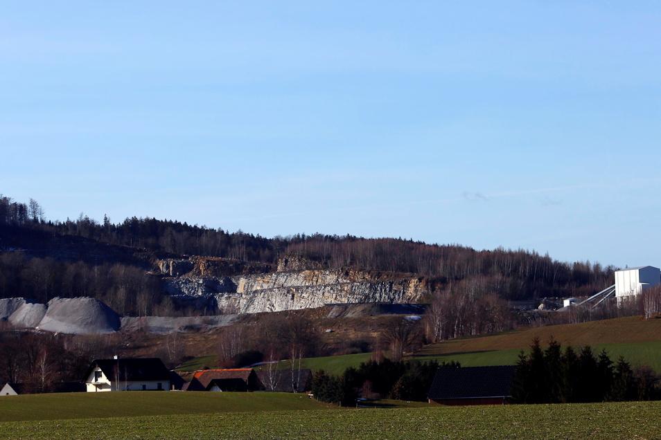 Blick auf den Steinbruch in Kindisch. Die hellen Abbauflächen sind schon von Weitem sichtbar.