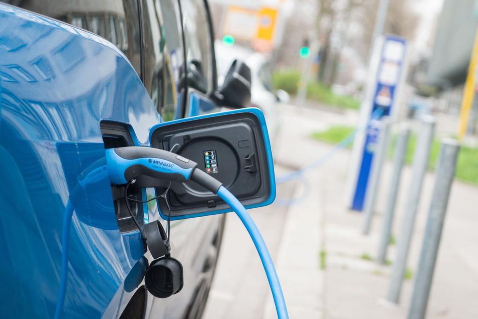 Strom laden statt Benzin tanken - viele Sachsen können sich mit dieser Form der Mobilität offenbar nicht anfreunden.