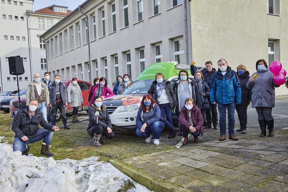 Das Bild zeigt Silvio Zschage (links mit Mikro) in Görlitz beim Bildungsträger Bao.