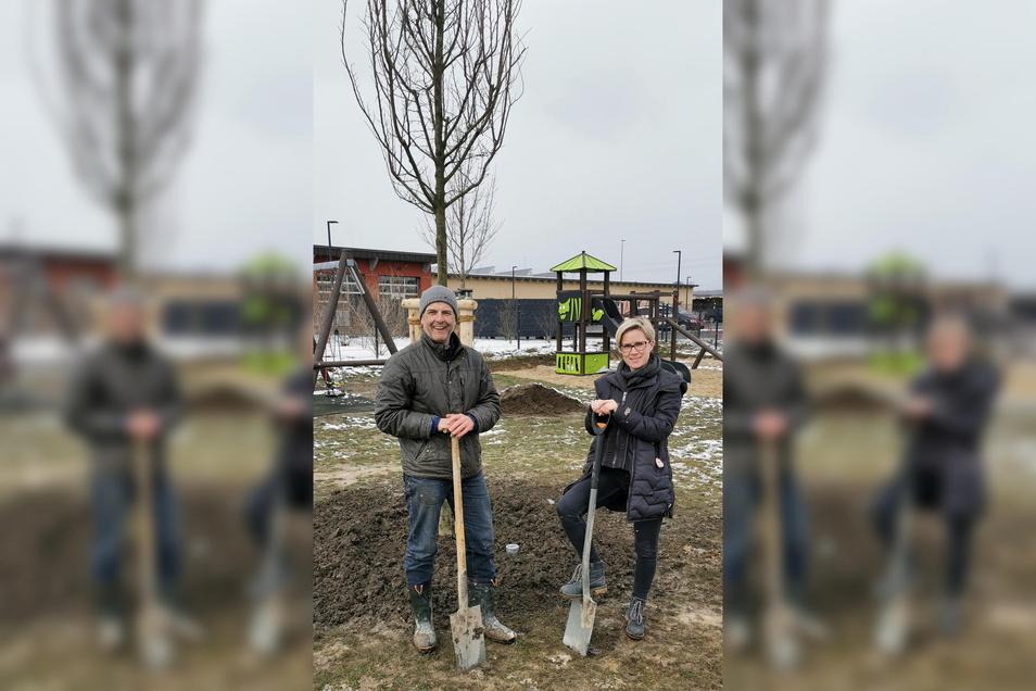 Die neue Ulme auf dem Spielplatz im Bautzener Ortsteil Stiebitz soll im Sommer Schatten spenden. Gepflanzt wurde sie von Ortsvorsteher Torsten Höhne und Sabine Petermann von der Deutschen Backofen GmbH.