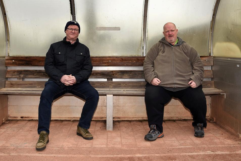Freuen sich auf den neuen Kunstrasenplatz: Vereinsvorsitzender Gerd Pradel (l.) und Trainer Carsten Schube von der SG Steinigtwolmsdorf.