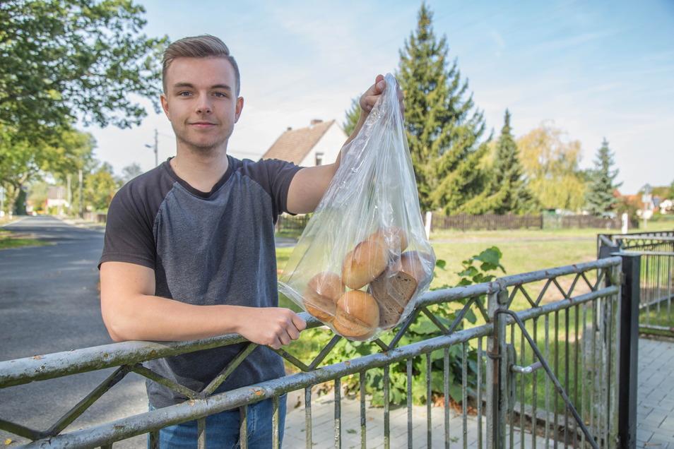 Seit drei Jahren liefert der Uhsmannsdorfer Robin Walther frische Tschirch-Backwaren ins Haus. Natürlich umweltbewusst in Papiertüten, nur fürs Foto musste ein Plastikbeutel her.