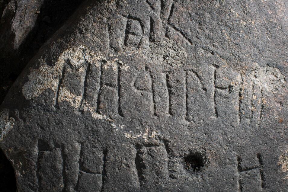Das sind die alten kyrillischen Buchstaben, die sich auf dem Granitblock befinden. Vermutet wird, dass er vor über 200 Jahren beschriftet wurde.