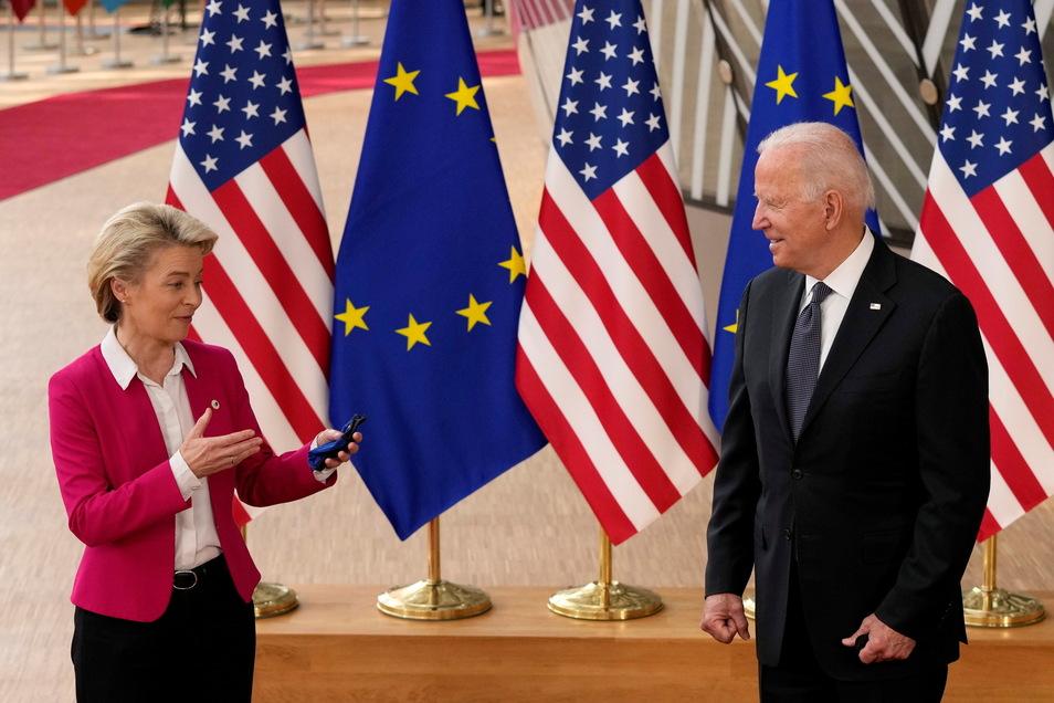 Brüssel: Ursula von der Leyen (CDU), Präsidentin der Europäischen Kommission, spricht mit Joe Biden, Präsident der USA, während der Ankunft zum EU-USA-Gipfel im Gebäude des Europäischen Rates.