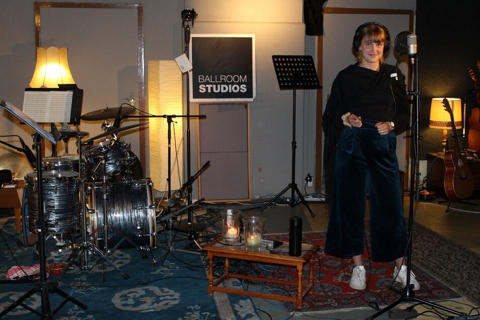"""Blick in die Dresdner Ballroom Studios: Sophie Heiduschka beim Einsingen der Backgrounds für den Titel """"Hory modre"""" der Band Skupina Astronawt."""