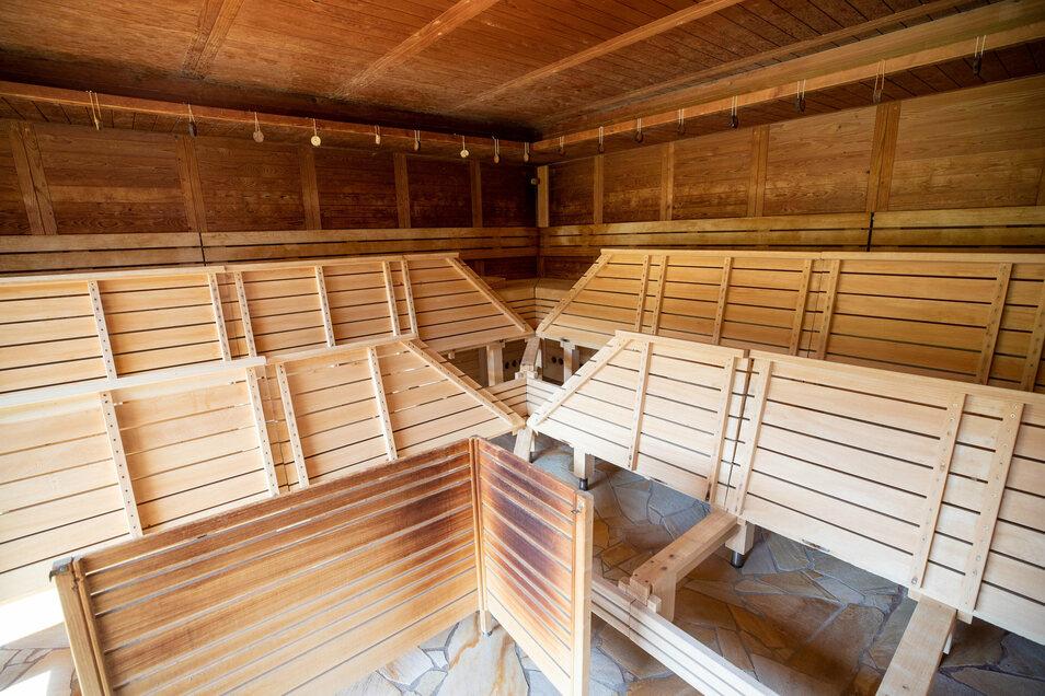 Noch sind die Bänke hochgeklappt: Die Sauna öffnet, der Aufguss darf aber nicht verwedelt werden.