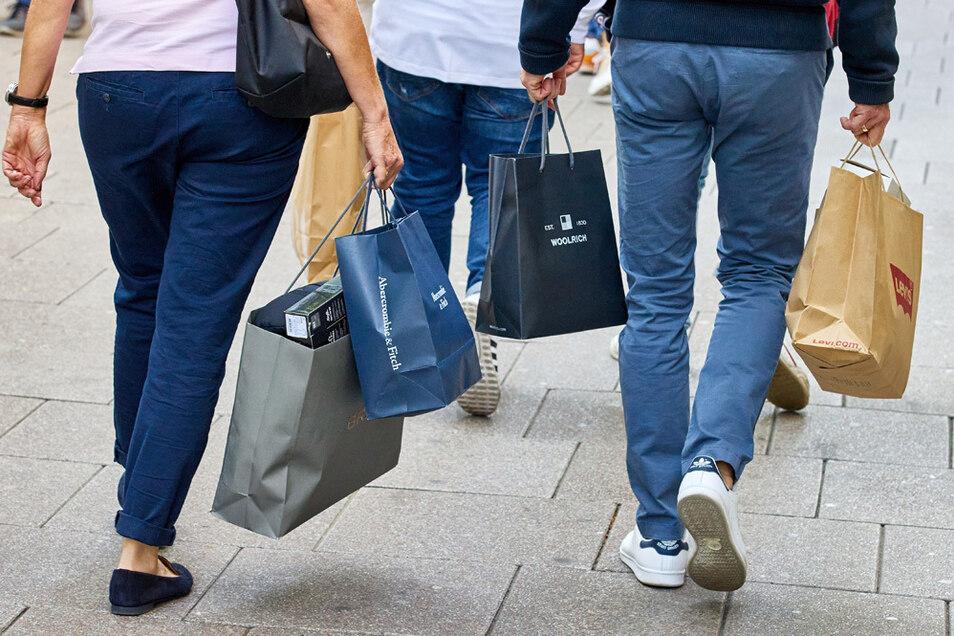 Die Deutschen geben wieder Geld für Einkäufe aus und ziehen die Wirtschaft aus dem Tief.