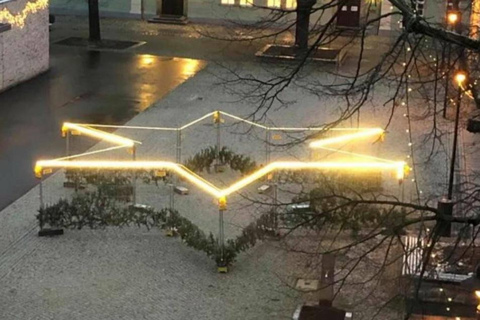 Auf dem Schulplatz wurde dieser riesige Stern aus Bauzäunen errichtet, der nun von der evangelisch-lutherischen Kirchgemeinde geschmückt wird. Eine ganz besondere Weihnachtsgeschichte in 12 Bildern wird hier zu sehen sein.