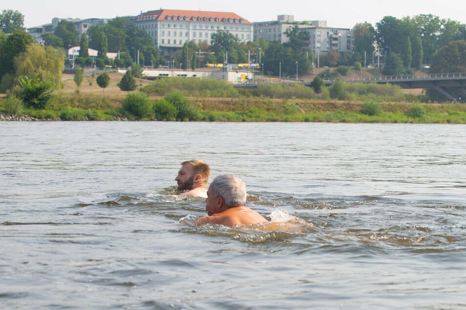 Die starke Strömung hatte die beiden Schwimmer ein ganzes Stück abgetrieben.