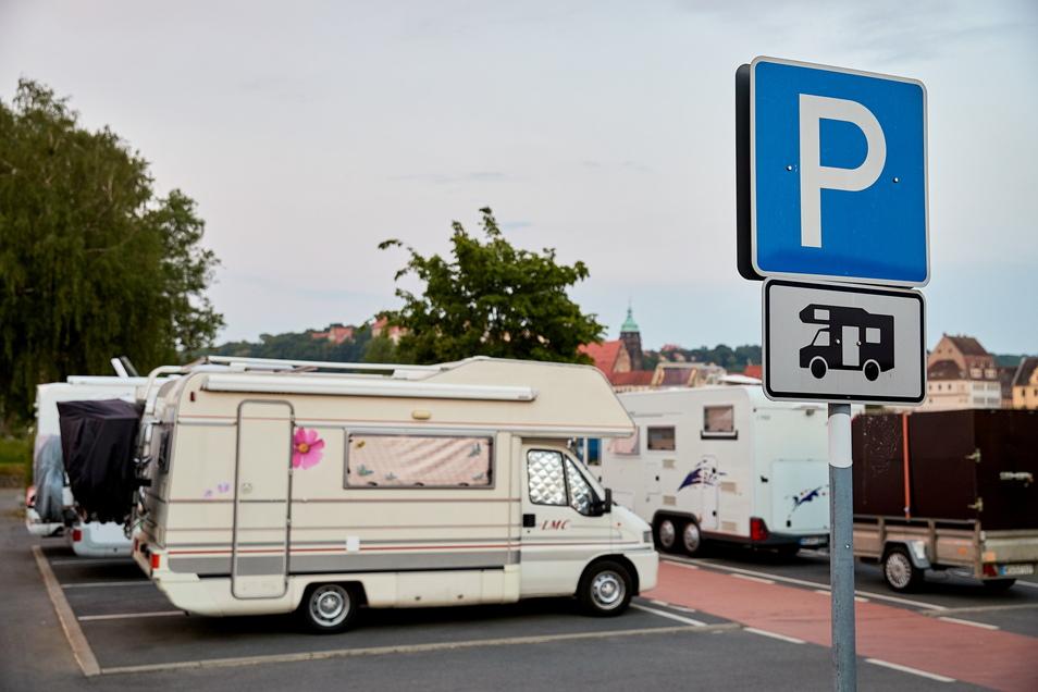 Wohnmobile auf dem Copitzer Elbeparkplatz: Bald werden Parkgebühren fällig.