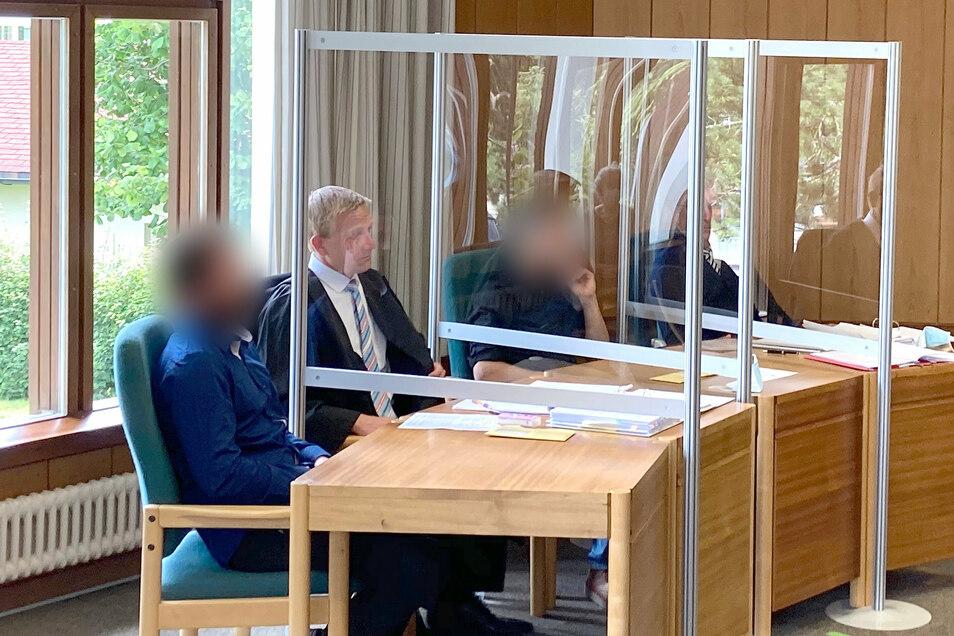 Die Angeklagten im Prozess um einen erschlagenen Auerhahn sitzen im Verhandlungssaal.