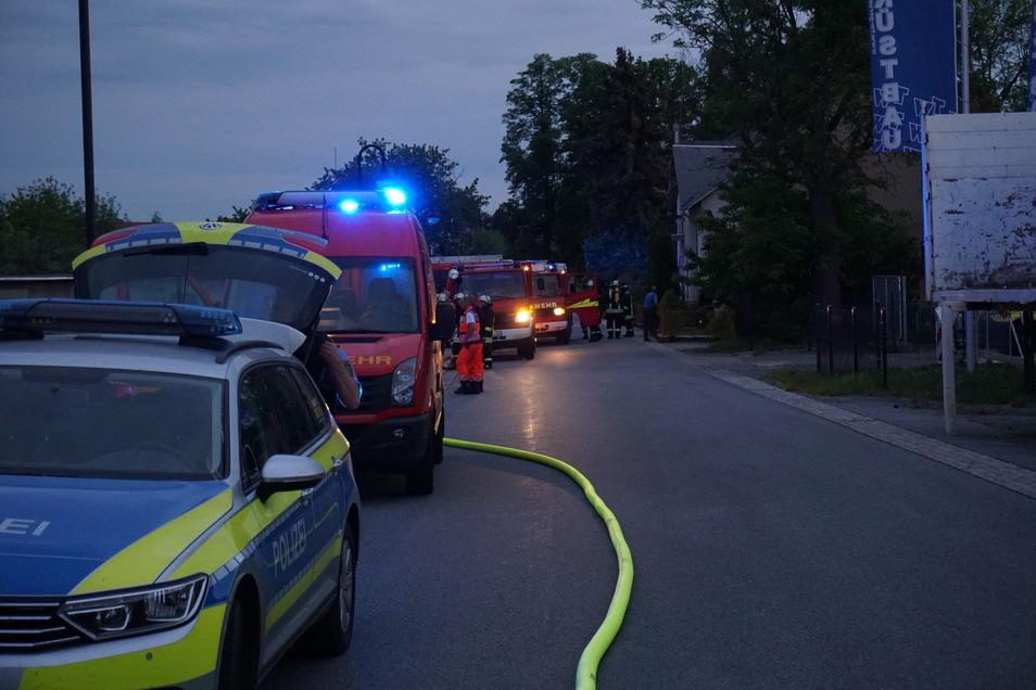 Neben mehreren Feuerwehren waren auch Polizei und Rettungsdienst im Einsatz.