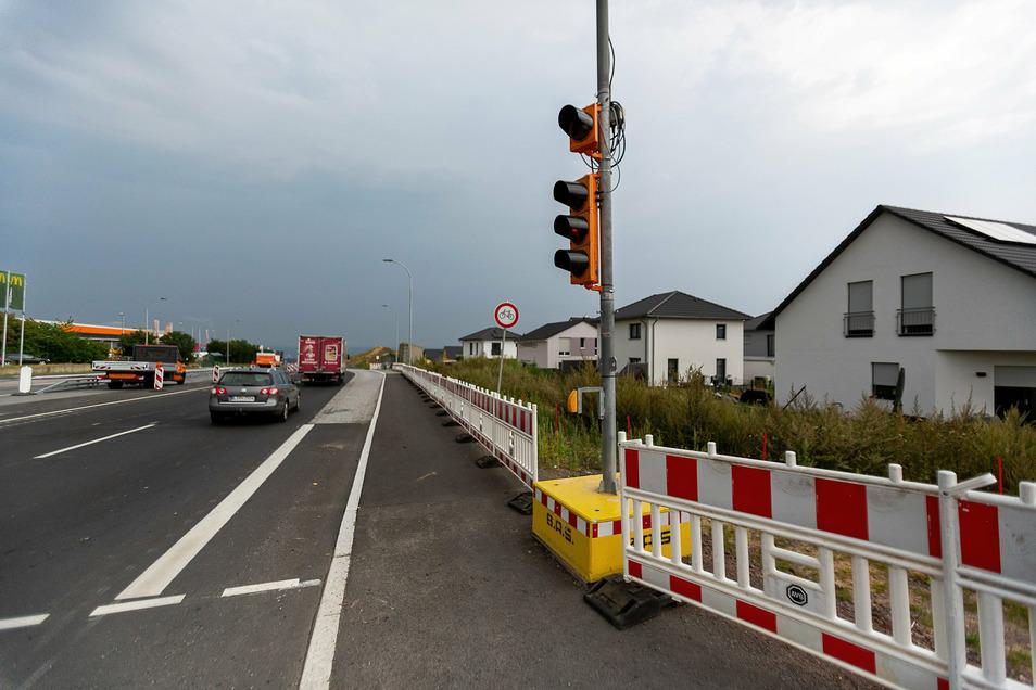 Die Boderitzer Straße in Bannewitz, die auf die B 170 führt, ist halbseitig gesperrt. Nach fast einem halben Jahr wird jetzt die Lärmschutzwand wieder aufgebaut.