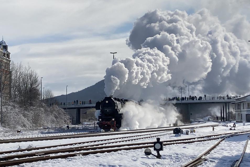 """Die Löbauer Dampflok auf """"Geisterfahrt"""" am 20. März bei der Ausfahrt aus dem Bahnhof Löbau."""