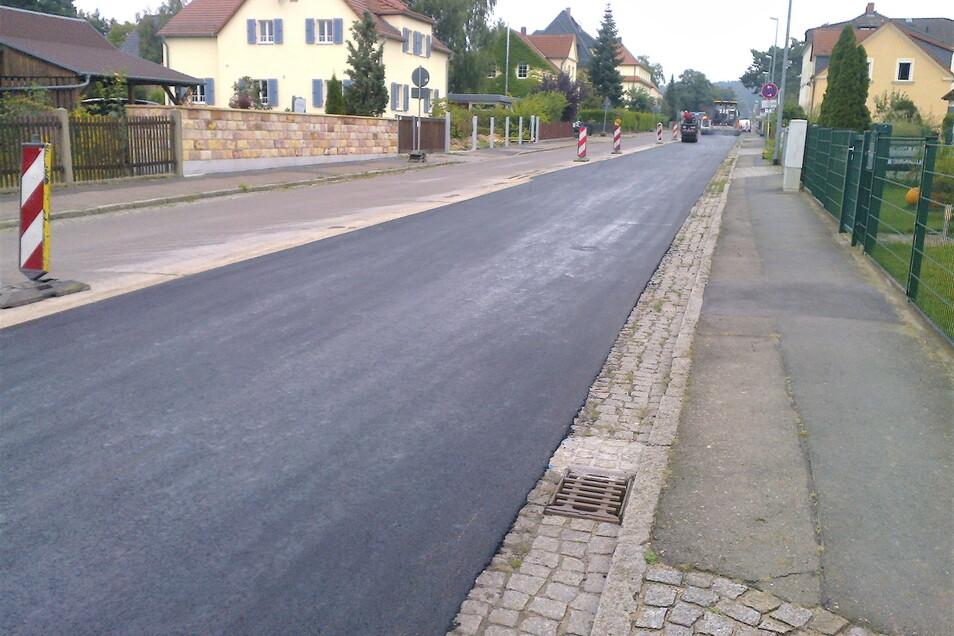 Die Auerstraße in Coswig hat auf 120 Metern eine nee Asphaltdecke erhalten.