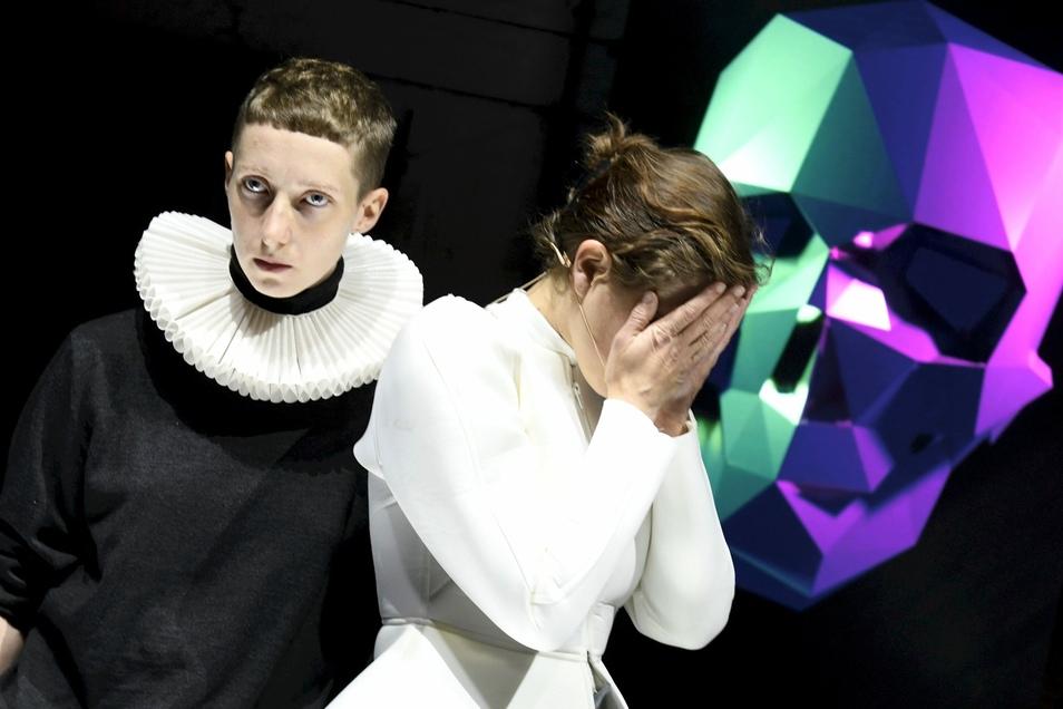 """Joran Yonis und Marie Jung bei der """"Euro-Hamlet""""-Probe am vergangenen Donnerstag in Weißwasser."""