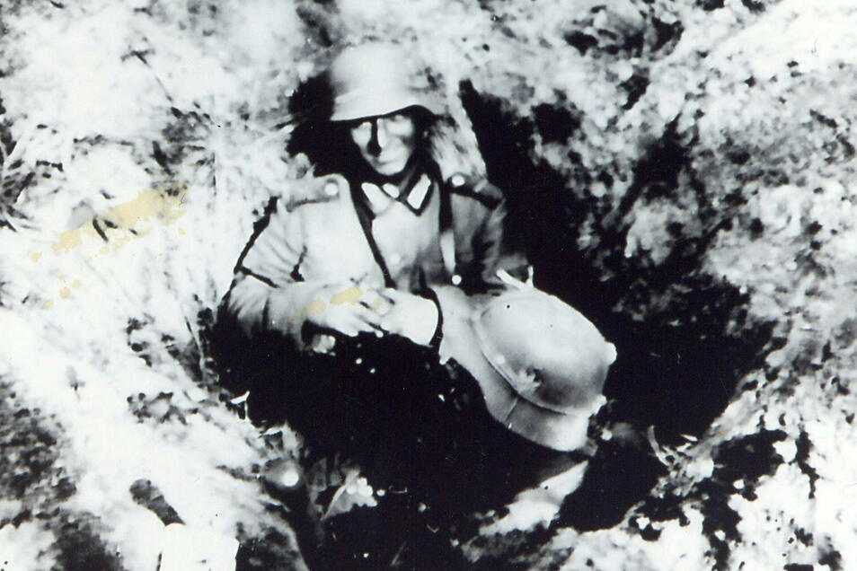 """In Erwartung des sowjetischen Angriffs: Deutsche Soldaten haben ein Schützenloch besetzt. """"Wir hatten wieder keine schweren oder Panzerabwehrwaffen."""""""