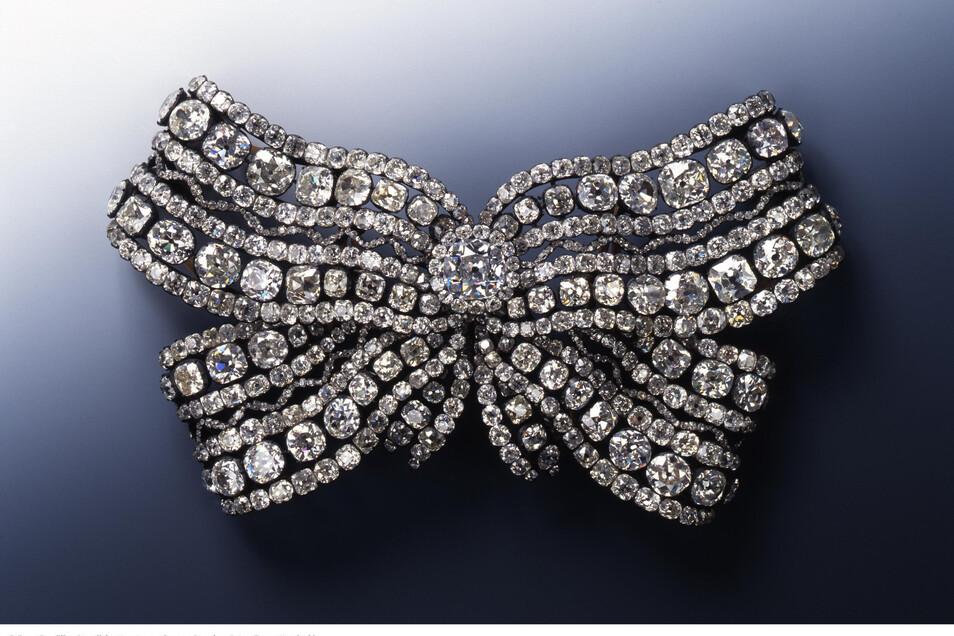 Auch die Große Brustschleife der Königin Amalie Auguste wurde aus dem Grünen Gewölbe entwendet. Sie besteht aus 51 großen, 611 kleinen Brillanten, Silber und Gold.