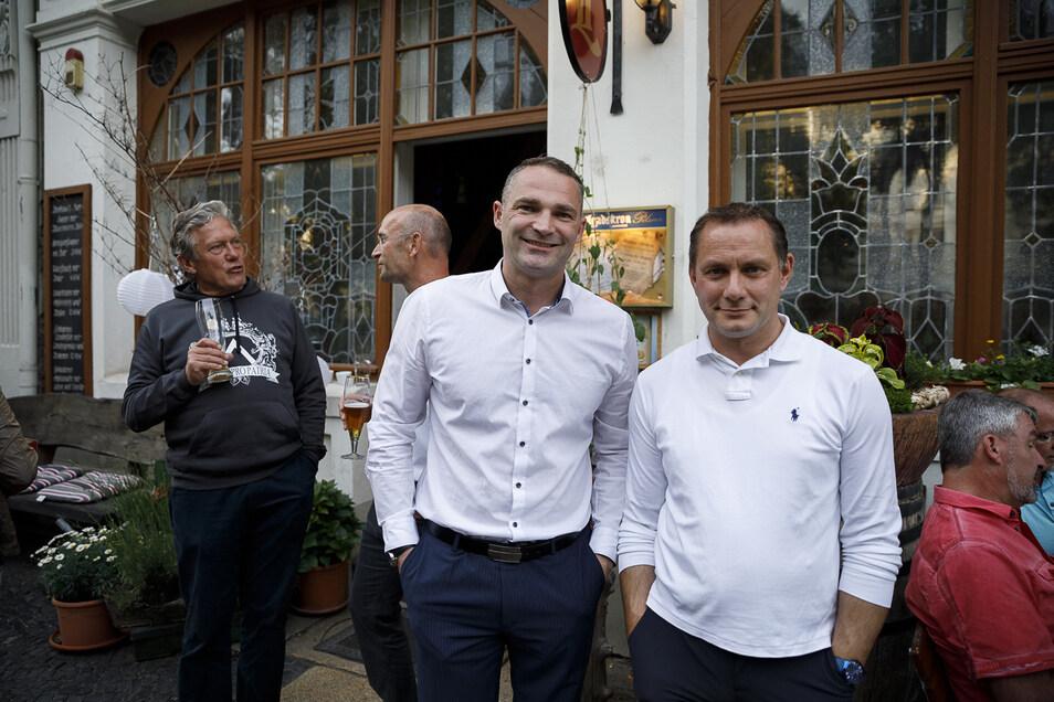 OB-Kandidat Sebastian Wippel (links) und MdB Tino Chrupalla feiern im Wirtshaus zur Altstadt an der Elisabethstraße.