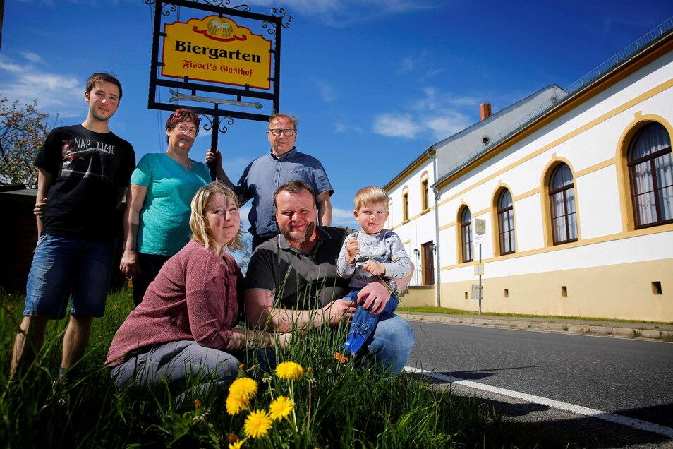 Claudia und Uwe Röhrbein (hinten), die Wirtsleute von Fissels Gasthof in Cunnersdorf bekommen Verstärkung. Tochter Isabel und Schwiegersohn Benjamin (vorn mit Sohn Theodor) wollen den Gasthof weiterführen. Sohn Oliver (l) lernt auch in der Gastronomie.