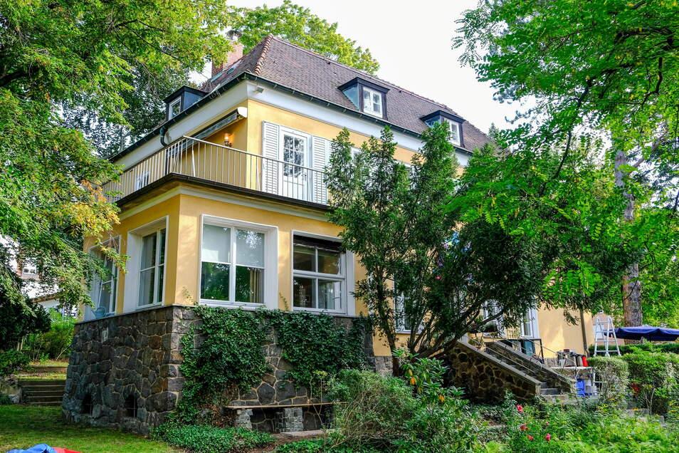 Das Villengebäude hat Anfang der 1930er-Jahre Architekt Alfred Tischer bauen lassen. Er wohnte damals in der Villa Sorgenfrei, die auf dem westlichen Nachbargrundstück steht.