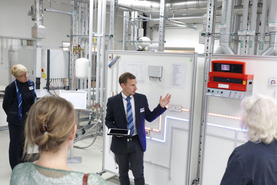 Die zahlreichen Schulungen im Bereich des energieeffizienten Bauens und Smart Home sind unter anderem für Handwerker, Architekten und Sachverständige interessant.
