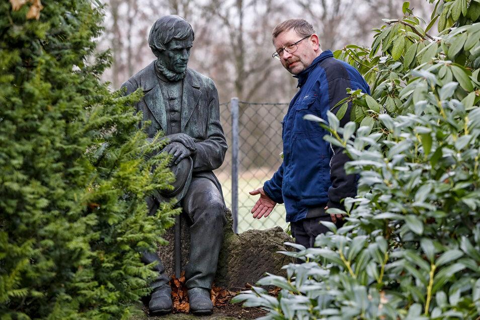 Da stand sie noch: Friedhofsmitarbeiter Michael Dießner zeigt die Leineweber-Figur vom Neugersdorfer Friedhof.