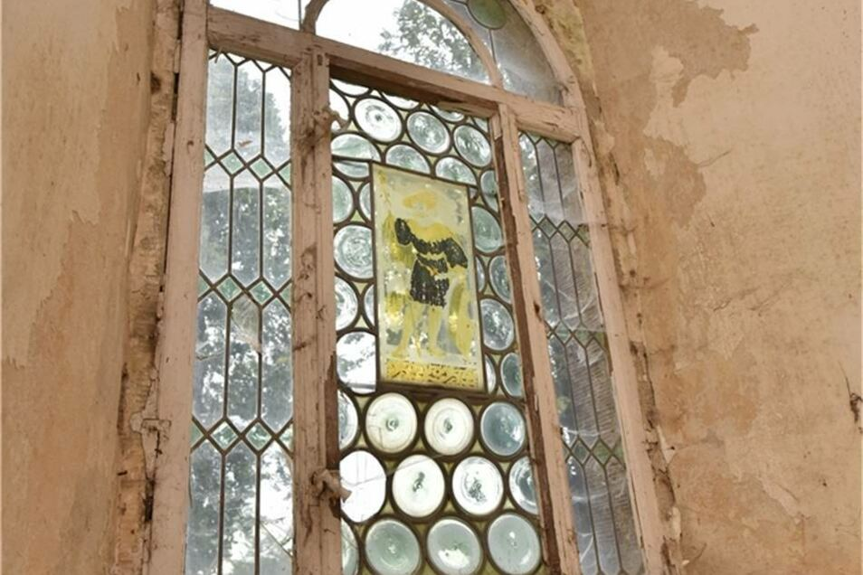 Dieses Bleiglasfenster am Eingang ist noch im originalen Zustand.